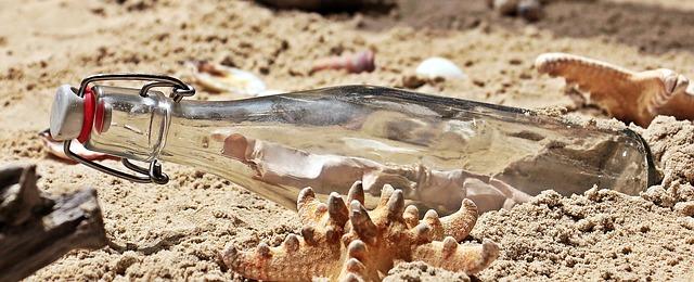 láhev na pláži