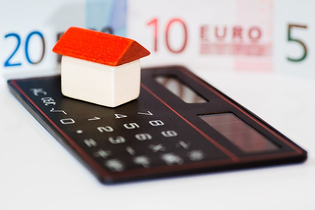peníze, domek a kalkulačka