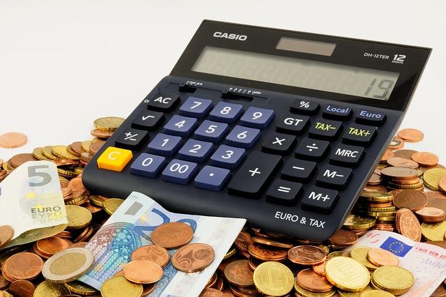 Peníze, finance, kalkulačka.