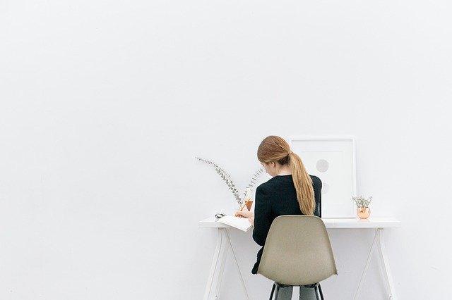 Žena píšící za stolem